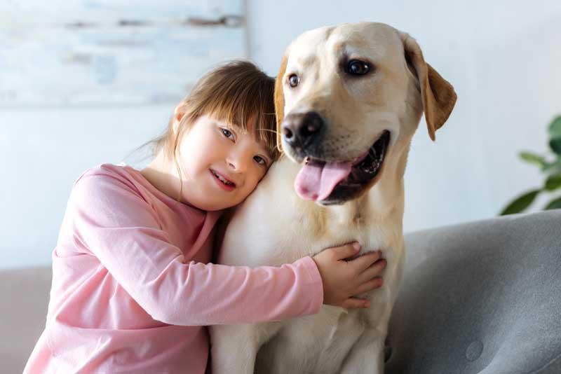 Mädchen mit Down-Syndrom mit ihrem Hund